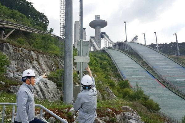 KT announced that it successfully tested field tests for '5G WTTx (Wireless To The x)' solution, which replaces wired network through 5G network, at the top of a ski jump of Alpensia where 2018 Pyeongchang Winter Olympics is going to be held.