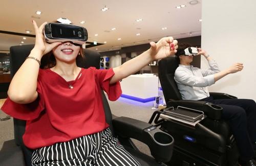 전자랜드프라이스킹은 6일 대한민국 최초의 가전양판점인 전자랜드 용산본점을 리뉴얼 오픈했다. 전자랜드 용산본점은 이번 10년만의 리뉴얼을 통해 1000평 규모의 체험중심 프리미엄 매장으로 거듭났다. VR존에서 고객들이 시네마 VR 의자로 4D 체험을 하고 있다. 사진=전자랜드프라이스킹 제공