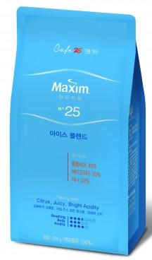 동서식품은 GS25와 제휴를 통해 개발한 원두 `맥심 No.25 아이스 블렌드(Maxim No.25 Ice Blend)`를 GS25 온·오프라인 매장을 통해 판매한다고 밝혔다. 사진=동서식품 제공