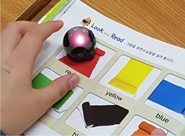 초등학교 3학년 영어 시간에 한 학생이 오조봇으로 색을 익히고 있다.