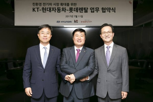 President Pyo Hyun-myung of Lotte Rental, President Lim Heon-moon of KT, and Vice-President Lee Kwang-kook of Hyundai Motor Company (Starting from the left) signed off on a business agreement in order to expand eco-friendly electric vehicle markets.