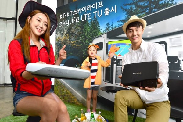 KT and KT SkyLife launched 'SkyLife LTE TV' at Gwanghwamun KT Square on the 12th.  SkyLife LTE TV is a service that provides high-quality broadcasting at places such as tunnels, where satellite signals are low, without any loss of connection.  Staff Reporter Kim, Dongwook | gphoto@etnews.com