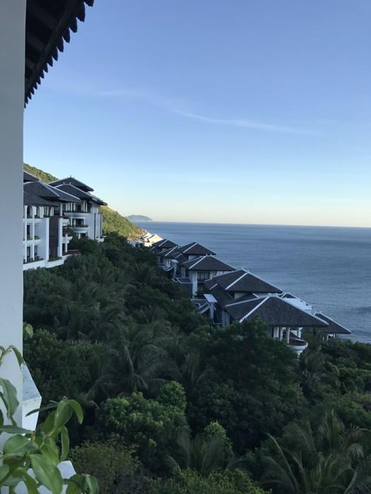 해외사례. 발코니가 바다로 향해 있는 우리나라 고급타운하우스와 같이 계획된  페닌슐라 호텔앤 리조트의 발코니 사진