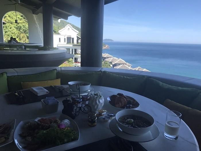 원형 발코니에서 바다를 바라보며 식사를 할수 있도록 꾸민 해외사례. 사진. 윤창기