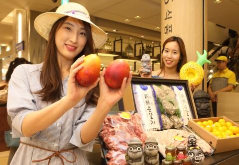 롯데백화점 식품관에서 모델들이 제주도 특산물 상품을 홍보하고 있다. 사진=롯데백화점 제공