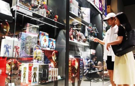 롯데월드몰 피규어존에서 고객들이 관랸 상품을 살펴보고 있다. 사진=롯데자산개발 제공