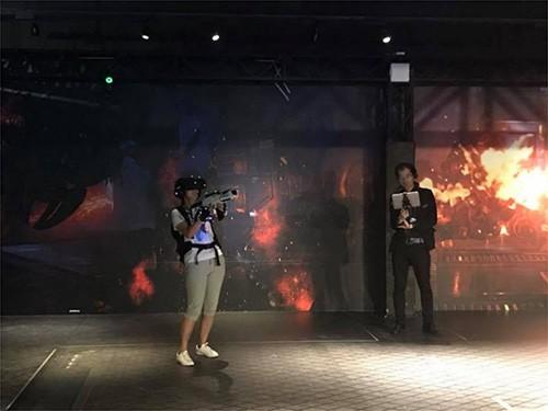"""在中国青岛JOYPOLIS,游客正在体验""""Mortal Blitz for Walking Attraction"""""""