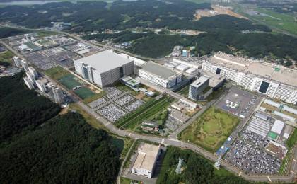 LGD, 3년간 OLED 17조 투자… 대형 '초격차' 스마트폰용 '추격'