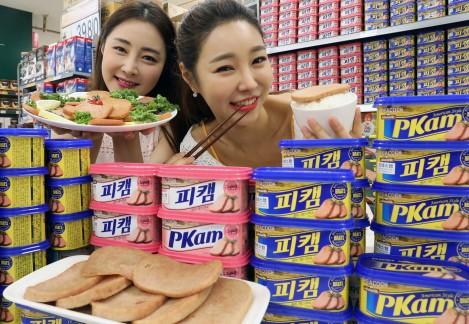 서울 한강로 이마트 용산점에서 모델들이 이마트에서 새로 출시한 프리미엄 햄 피코크 피캠을 선보이고 있다. 사진=이마트 제공
