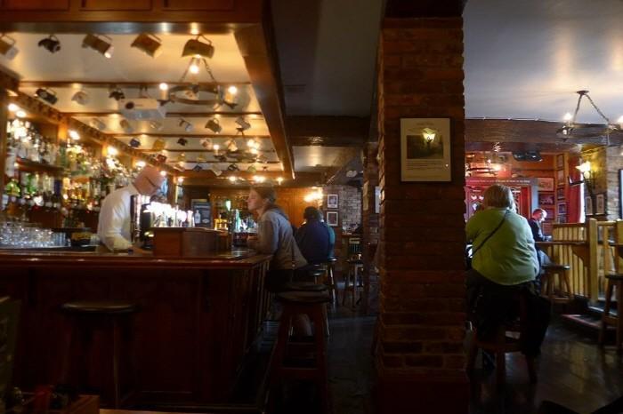 블라니 성 앞 레스토랑