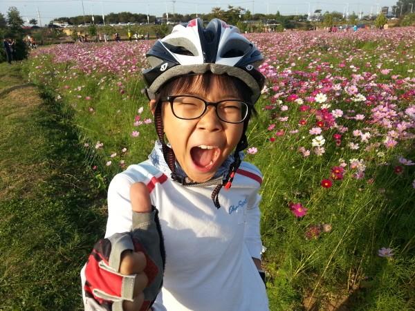 '찰리부러워' 채널의 크리에이터 찰리! 자전거를 좋아해 촬영이 없는 날은 아빠와 함께 한강 라이딩을 즐긴다(구리한강공원). 사진=유튜브 찰리부러워 제공