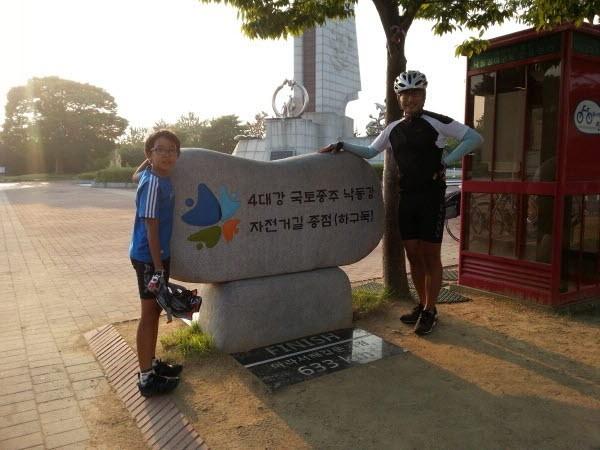 3학년 때 아빠와 함께 6박 7일 자전거 국토종주(인천에서 부산까지 633km)를 완주한 찰리(2015년 여름 낙동강 하구둑). 사진=유튜브 찰리부러워 제공