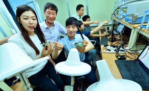 """为打造""""窄带物联网""""生态系统,KT与LG U+决定加强合作,实现""""窄带物联网开放实验室""""交互工作。7月17日,在京畿道板桥KT-LG U+""""窄带物联网开放实验室"""",研究人员正在进行模块测试"""