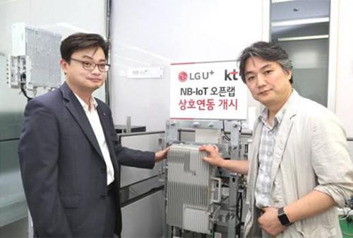 """KT与LG U+全球首次构建了""""窄带物联网""""全国网络。双方还公布了通过""""窄带物联网开放实验室""""交互工作以打造生态系统的合作方案。在LG U+位于上岩的办公大楼内,举行了""""窄带物联网开放实验室""""成立仪式,KT与LG U+相关人员予以出席。LG U+窄带物联网负责人金英万(音译,左)与KT物联网事业战略负责人李光玉(音译,右)也出席了此次成立仪式,图为双方决心强化合作的情景"""