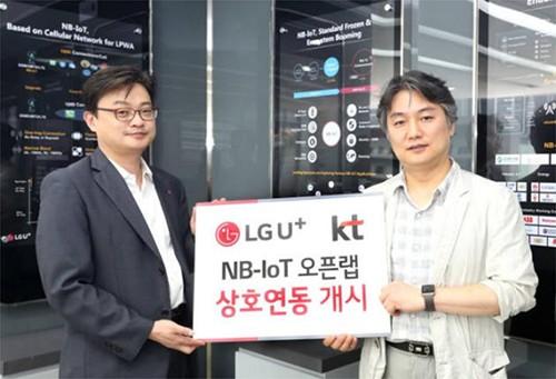 """KT与LG U+全球首次构建了""""窄带物联网""""全国网络。双方还公布了通过""""窄带物联网开放实验室""""交互工作以打造生态系统的合作方案。在LG U+位于上岩的办公大楼内,举行了""""窄带物联网开放实验室""""成立仪式,KT与LG U+相关人员出席。LG U+窄带物联网负责人金英万(音译,左)与KT物联网事业战略负责人李光玉(音译,右)均出席了此次成立仪式,图为双方决心强化合作的情景"""