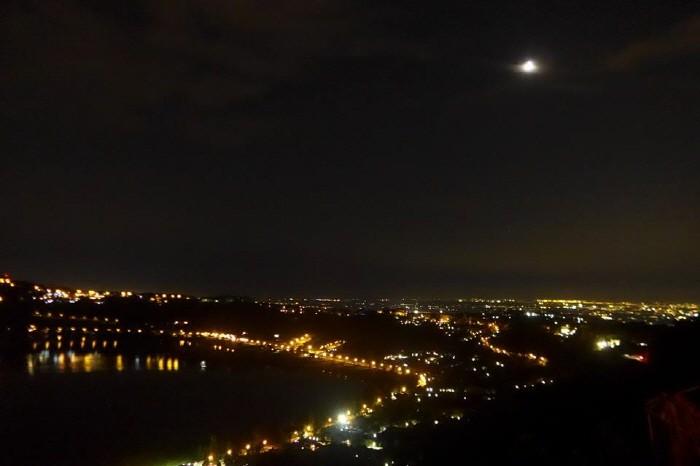 달이 하늘에 걸려있음