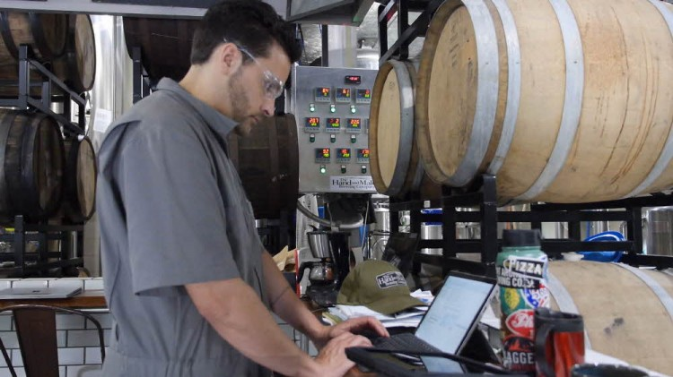 서피스 프로4를 활용해 공장 현지에서 데이터를 입력하고 살펴 볼 수있다.