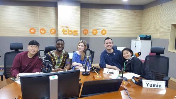 TBS 교통방송 eFM Korea Escape의 Global Family 코너에서 매주 수요일 아침 9시 30분에 방송하고 있어요. 사진=마이 코리안 허즈번드 제공