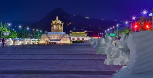전 세계 최초로 한여름 밤 도심 한복판에서 아마추어 조각가들이 그동안 갈고닦은 실력을 발휘해 눈전시회를 펼칠 예정이어서 무더위에 지친 시민들에게 색다른 즐거움을 선사하게 된다. 크라운해태제과(회장 윤영달)는 12일 오후 6시부터 서울 광화문광장에서 임직원 600명이 참여해 눈조각 300개를 만드는 '한여름밤 눈조각전'을 연다고 밝혔다. 사진은 예상도. 사진=크라운-해태제과 제공