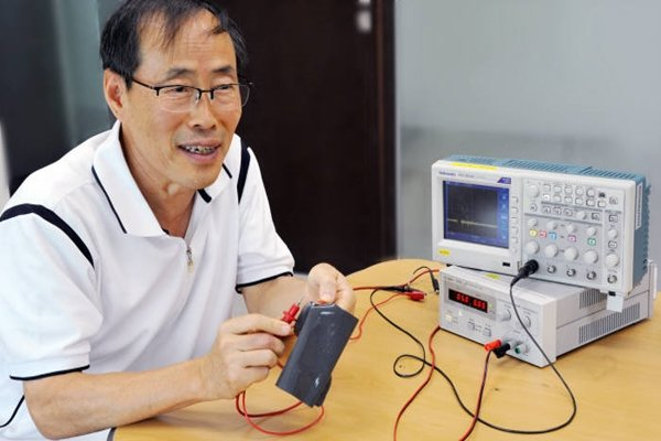 Research team led by Professor Woo Sam-yong of Korea Research Institute of Standards and Science's Pressure Vacuum Laboratory has developed rubber-like material that is elastic and conductive at the same time.  Professor Woo is demonstrating the developed material.