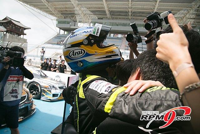[포토] CJ 대한통운 슈퍼레이스, 팀106 아오키 타카유기 '우승의 기쁨은 팀원들과 함께'