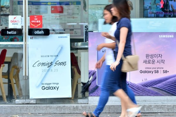A poster related to Galaxy Note 8 is attached on a window of KT retail store located in Mapo-gu.  Staff Reporter Yoon, Sunghyeok | shyoon@etnews.com