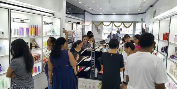 에이블씨엔씨는 최근 피지공화국에 '미샤' 매장 4개를 동시 오픈했다고 밝혔다. 1호점과 2호점은 수도인 수바(SUBA)에, 3호점과 4호점은 난디(NADI)와 라우토카(LAUTOKA)에 각각 문을 열었다. 1호점 다모달 시티점에서 현지 고객들이 상품을 둘러보고 있다. 사진=에이블씨엔씨 제공