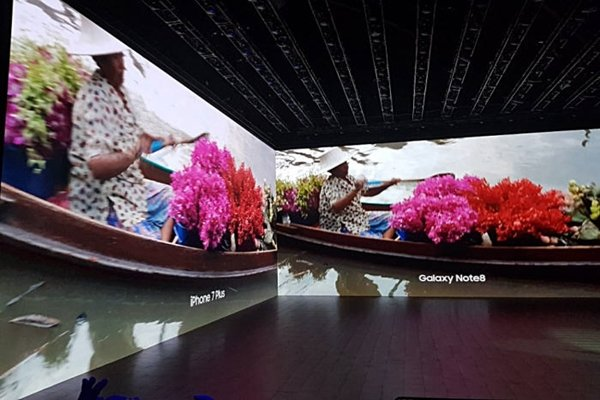 Samsung Electronics is comparing pictures that are taken by dual-cameras of Galaxy Note 8 and iPhone 7 Plus at its '2017 Galaxy Unpacked' event that was held at Park Avenue Armory on the 23rd (U.S. time).  Picture taken by iPhone 7 Plus looks out of focus and shaky.