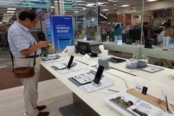 A consumer is testing out Galaxy Note 8 at Samsung Digital Plaza on the 27th.