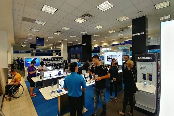 Consumers are testing out Galaxy Note 8s at a Best Buy store in Manhattan, New York on the 25th (U.S. time).