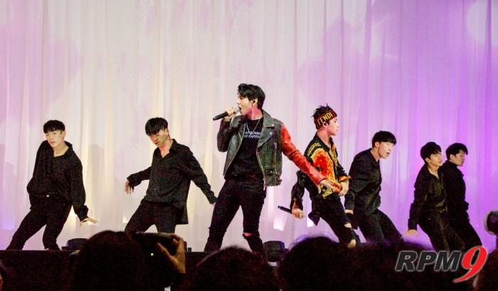 빅스LR이 타이틀곡 '위스퍼(Whisper)' 무대를 선보이고 있다. (사진=박동선 기자)