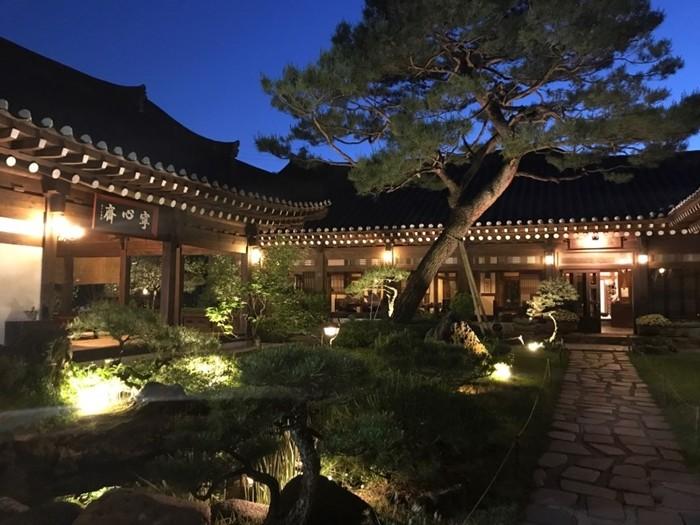 경기도 광주의 T 한식당의 정원의 아름다움을 보여주기 위한 세밀한 조명계획  (사진 윤창기)