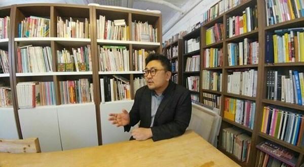 '붓을 잡은 연기자' 이상현이 전자신문엔터테인먼트와의 인터뷰에서 본인에 대한 스토리와 캘리그라피에 대한 견해를 이야기 하고 있다. 사진=전자신문엔터테인먼트 제공