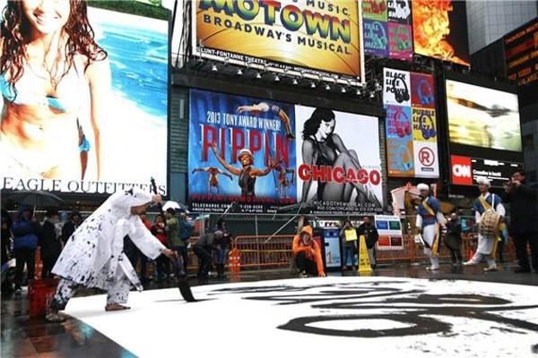 '붓을 잡은 연기자' 이상현이 캘리그라피 퍼포먼스를 뉴욕 타임스퀘어에서 하는 모습으로, 국내뿐만 아니라 해외에서도 많은 인기와 관심을 받고 있다. 사진=캘리그라피스트 이상현 제공