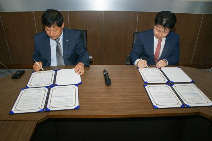 (좌측부터) 김한수 3D프린팅산업협회 회장과 한준섭 글로벌창업연구소(3D쿠키) 대표가 민간자격운영 관련 업무협약에 서명하고 있다. (사진=박동선 기자)