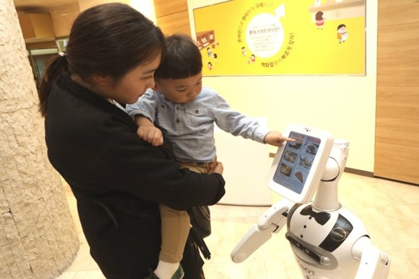A customer from Lotte Department Store is using elBot.