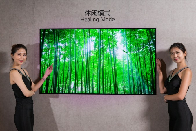 행사장 한편에 마련된 전시장에서 모델들이 65인치 UHD OLED TV를 그림이나 사진을 전시하는 실내 인테리어 용도로 활용되는 모습을 시연하고 있다.