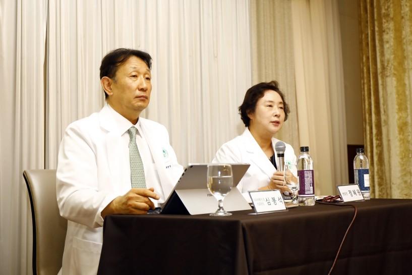 심봉석 이화여자대학교 의무부총장 겸 의료원장(사진 왼쪽)과 정혜원 이대목동병원장이 취임 기자간담회에서  질문에 답하고 있다.