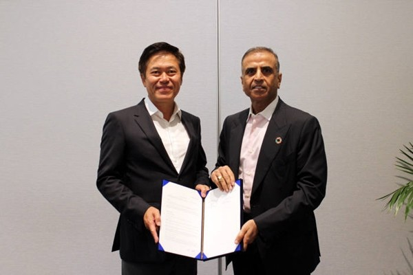 President Park Jung-ho of SK Telecom (left) and Chairman Sunil Bharti Mittal signed off on a strategic partnership, which has establishment of AI network solution as the main focus, at Moscone Center in San Francisco.