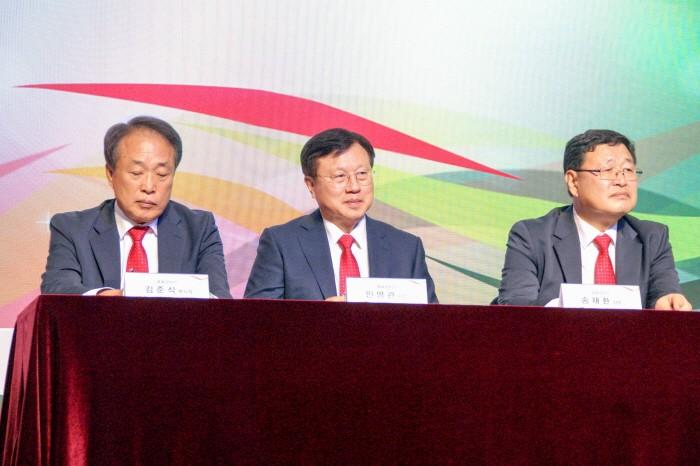 (좌측부터) 김준식 부사장·민병관 사장 ·송재환 상무 등 큐로모터스 임원들이 이스즈 중형트럭 '엘프'의 국내론칭 기념식에서 향후 영업전략과 포부를 밝혔다. (사진=박동선 기자)