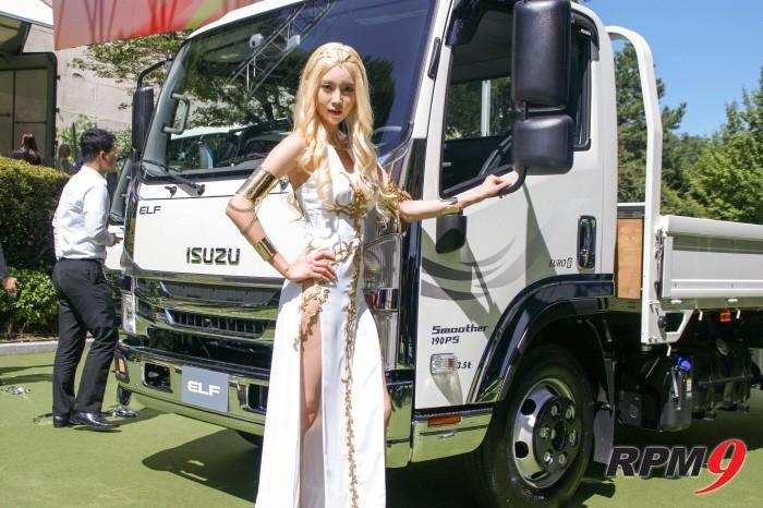 이스즈 중형트럭 '엘프'를 배경으로 엘프복장의 모델이 포즈를 취하고 있다. (사진=박동선 기자)