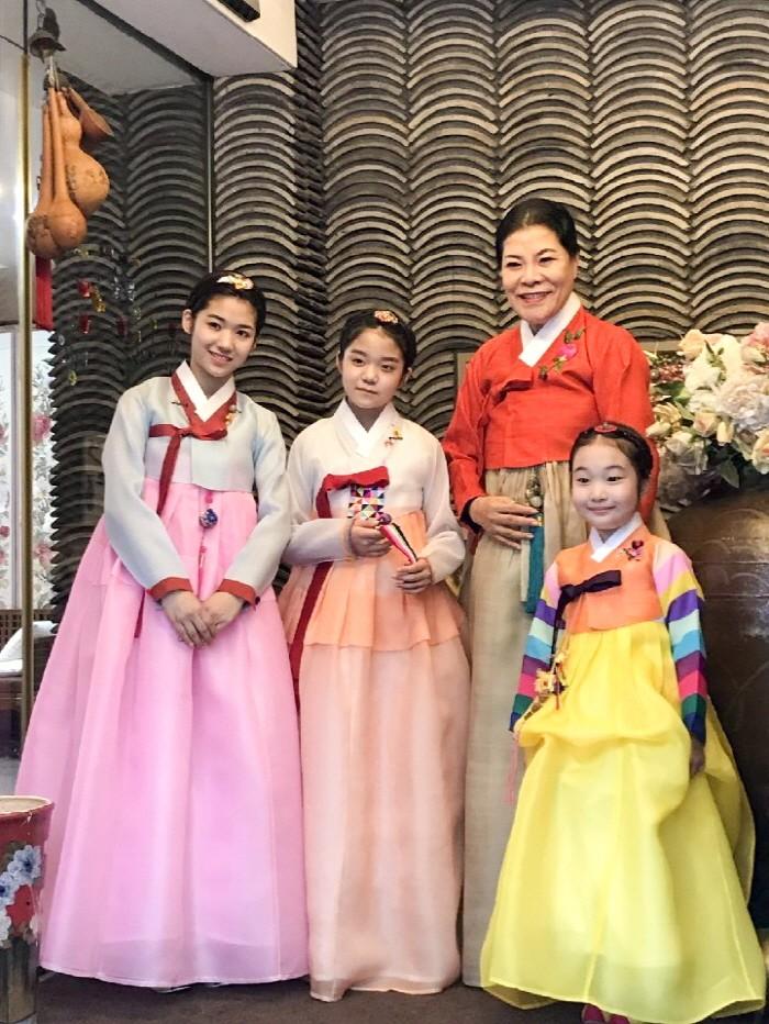 (좌측부터)박가람·유은미·이한서 등 아역스타 3인방이 '제1회 한중국제영화제'에 참석해 한복연구가 박술녀와 기념촬영을 하고 있다. (사진=아이케이엔터테인먼트 제공)