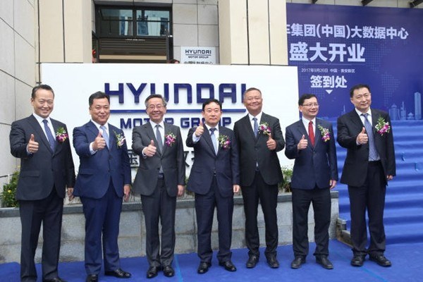 Hyundai Motor Group's opening ceremony of its Big Data Center in China was held on the 26th.  Director Lee Hyuk-joon of Hyundai Motor Group's Chinese Private Company, Vice-President Wang Soo-bok, Vice-Governor Lu Yongzheng of Guizhou, Department Head (Vice-President) Hwang Seung-ho of Hyundai Motor Company's Auto Intelligence Business Department, Secretary Wang Chunlei of Guian New District, Deputy Director Mare of Provincial Department of Commerce, and President Xin Keduo of ChinaUnicom (starting from the left) are having a commemorative photograph in front of Hyundai Motor Group's Big Data Center.