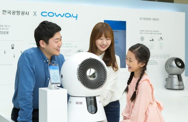 라이프케어기업 '코웨이'는 오는 10월 26일까지 서울시 강서구에 위치한 김포공항에서 사물인터넷(IoT)을 탑재한 혁신적인 '코웨이 로봇공기청정기'를 시범 운영한다고 27일 밝혔다. 사진=코웨이 제공