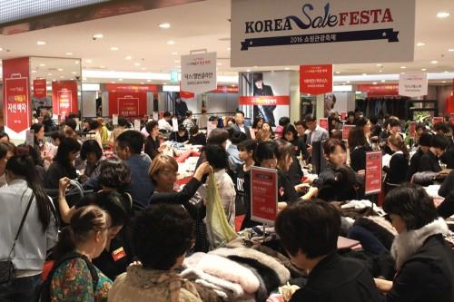 지난 28일부터 시작된 국내 최대 쇼핑·문화축제인 '코리아 세일 페스타(Korea Sale FESTA)'를 맞아 백화점업계가 푸짐한 경품을 내걸고 대대적인 할인 행사를 벌인다. 지난 2016년 롯데백화점의 세일 페스타 행사 모습. 사진=롯데백화점 제공
