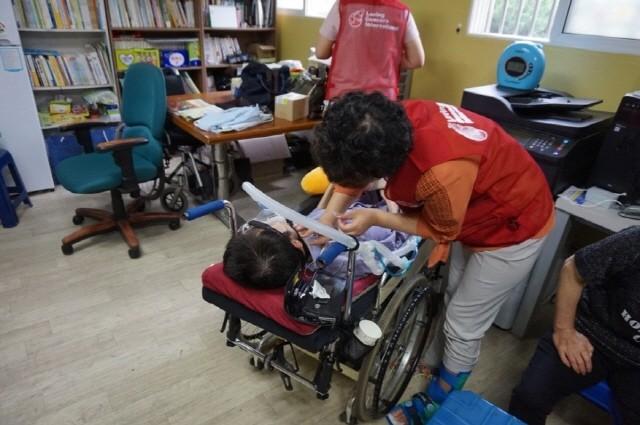 근육병(루게릭병)환자들을 대상으로 봉사활동을 진행중인 국제사랑의봉사단