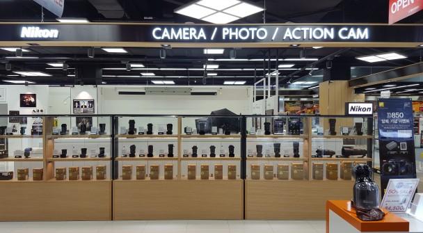 롯데하이마트가 국내 최초로 김포공항점에 프리미엄 카메라 전문관을 오픈했다. 사진=롯데하이마트 제공