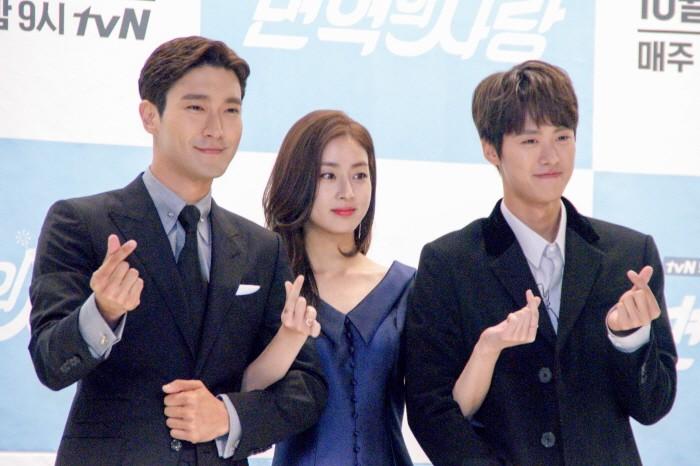12일 서울 영등포구 타임스퀘어 아모리스홀에서는 tvN 새 토일드라마 '변혁의 사랑' 제작발표회가 개최됐다. 주연배우 최시원과 강소라, 공명이 포토타임에 응하고 있다.