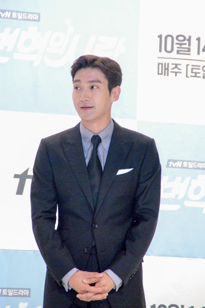 12일 서울 영등포구 타임스퀘어 아모리스홀에서는 tvN 새 토일드라마 '변혁의 사랑' 제작발표회가 개최됐다. 주연배우 최시원이 포토타임에 응하고 있다.