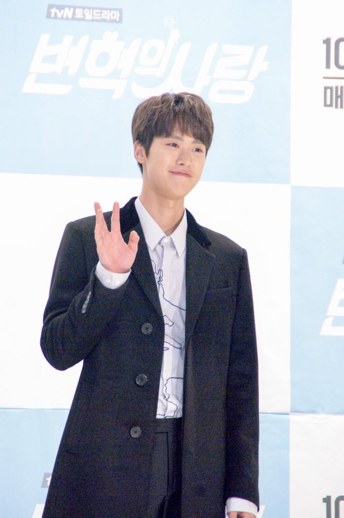 12일 서울 영등포구 타임스퀘어 아모리스홀에서는 tvN 새 토일드라마 '변혁의 사랑' 제작발표회가 개최됐다. 주연배우 공명이 포토타임에 응하고 있다.